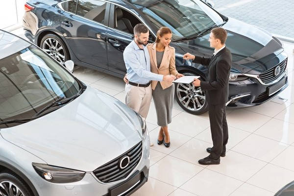 Formulario 04 pareja comprando carro