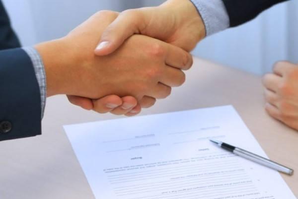 Formulario 420 J mujer firmando contrato