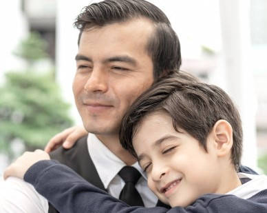 Requisitos para ser familia sustituta argentina hombre siendo abrazado