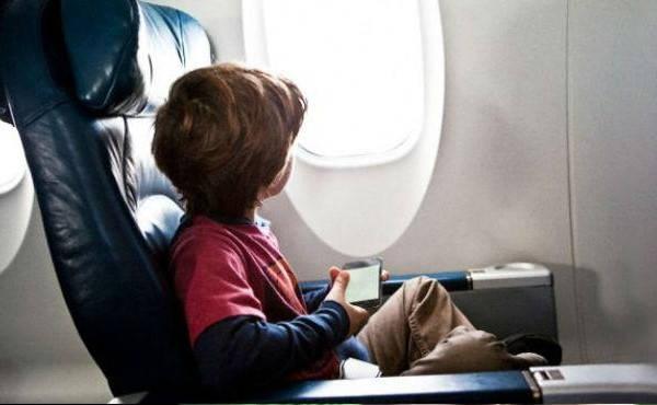 Requisitos para salir del país con menores niño en avion