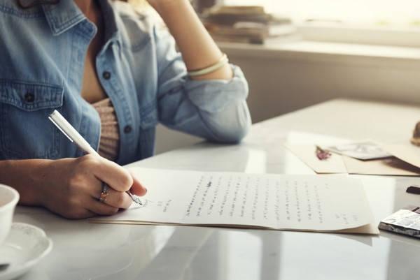 Certificado de soltería mujer escribiendo