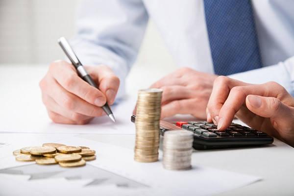 Requisitos para microemprendimientos hombre contando