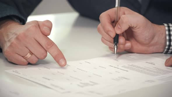 Certificado Exención IAE hombre firmando certificado