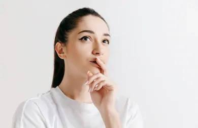 mujer pensando sobre sus dudas
