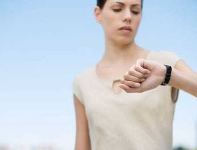 mujer viendo reloj de pulsera