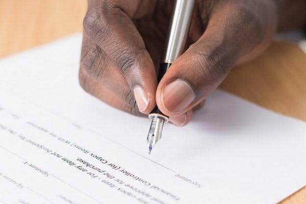 Certificado Vida Laboral hombre firmando