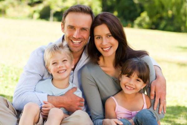 Requisitos para cobrar la Ayuda Familiar familia feliz