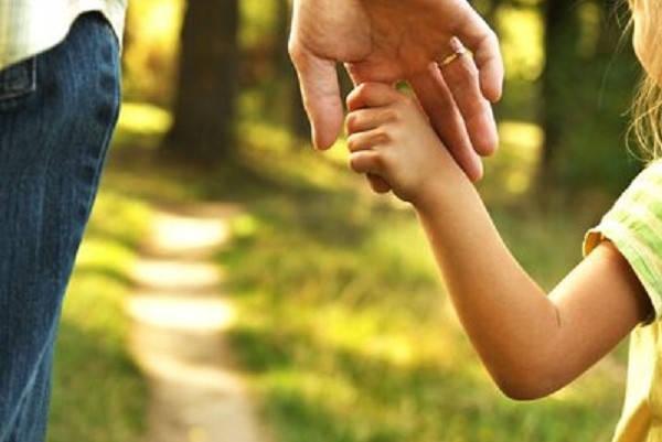 Requisitos para ser familia de acogida niña agarrando mano